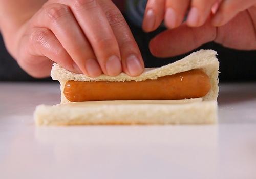 Cuộn xúc xích bằng bánh mì